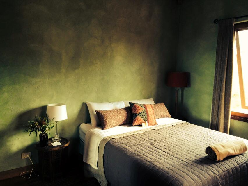 Single emerald room